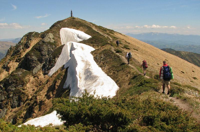 Мармарошский хребет в снегу