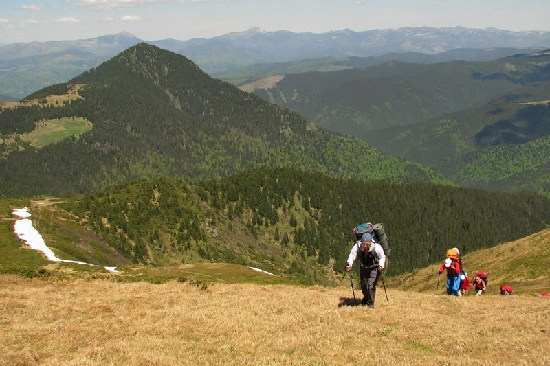 Турист поднимается на хребет