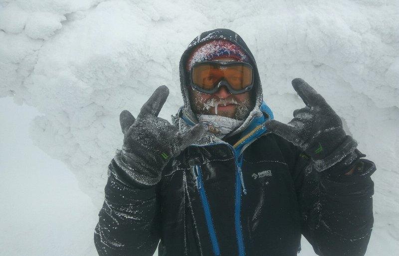 Турист в зимних Карпатах
