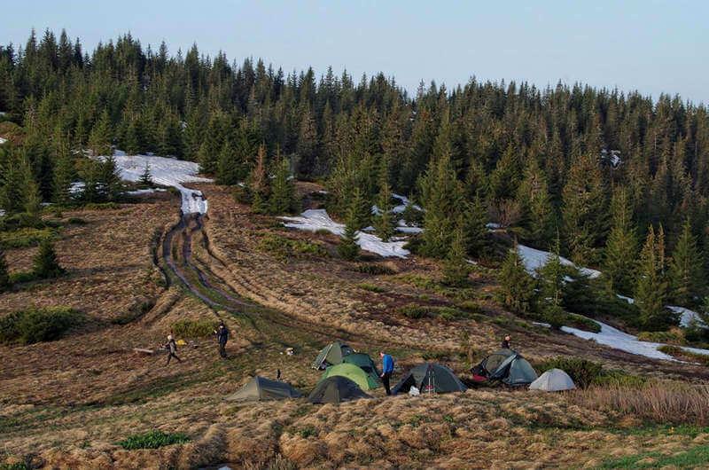 Палатки и снег в Карпатах